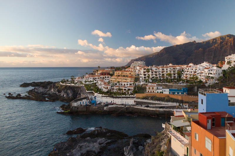 Zmierzch nad Los Gigantes falezami i kurortami Puerto Santiago fotografia stock