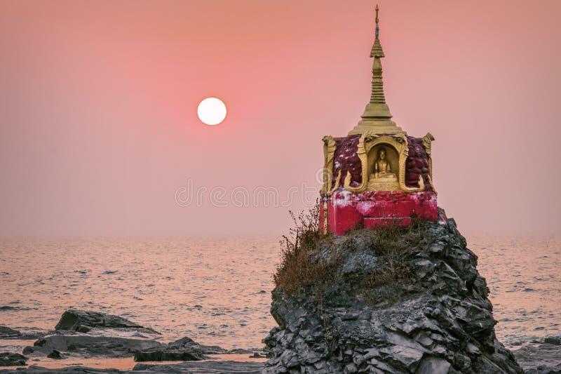 Zmierzch nad małą pagodą plażą zdjęcia stock
