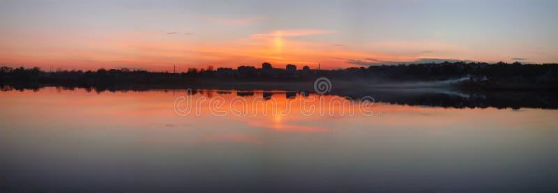 Zmierzch nad mglistego wieczór rzeką z odbiciem obraz royalty free
