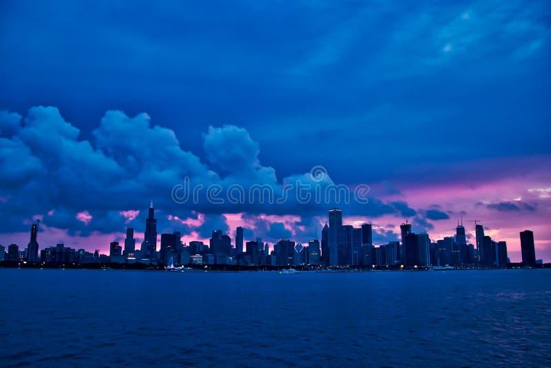 Zmierzch nad miastem Chicagowska linia horyzontu podczas wieczór, widzieć od jezioro michigan w summe fotografia royalty free