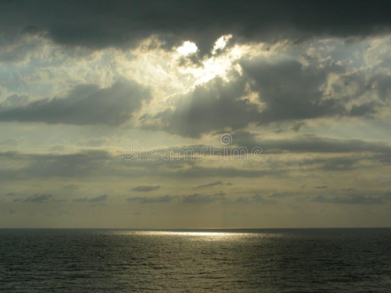 Zmierzch nad morzem w dziwacznych chmurach emituje promień zdjęcie royalty free