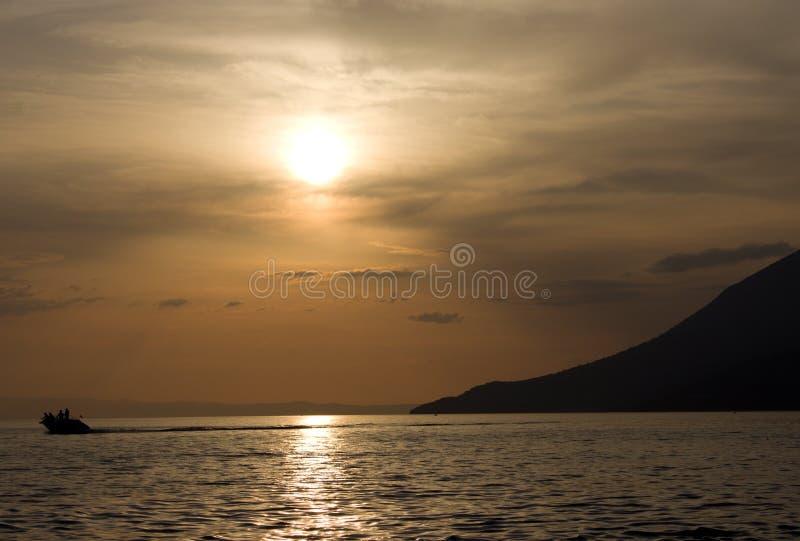 Zmierzch nad morzem z silhuette łódź obraz royalty free