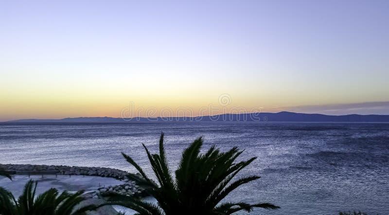 Zmierzch nad nabrzeżem i Adriatyckim morzem w Makarska, Dalmatia, Chorwacja zdjęcie stock
