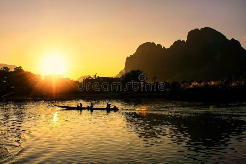 Zmierzch nad Nam Pieśniową rzeką z sylwetkowymi rockowymi formacjami i zdjęcie royalty free
