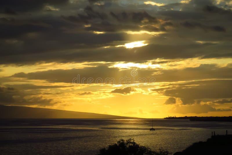 Zmierzch nad oceanem spokojnym, łódź na morzu, Maui, Hawaje obrazy stock