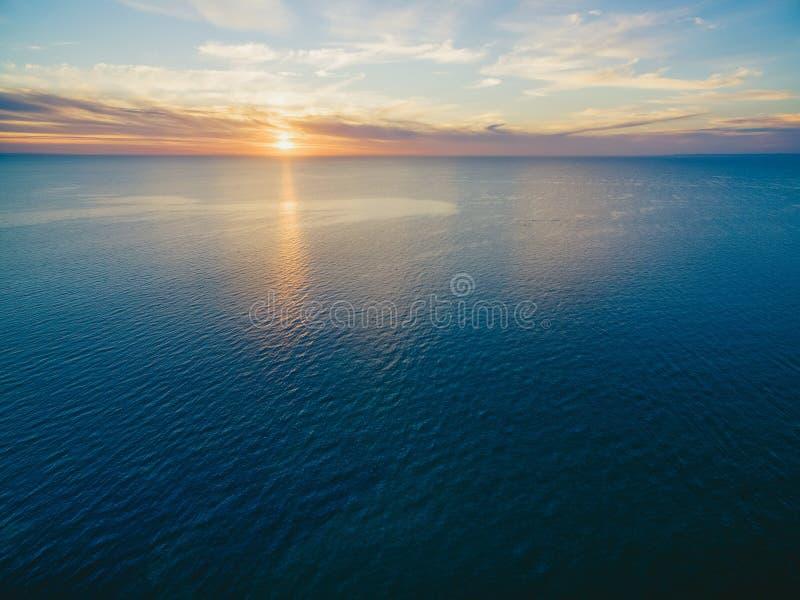 Zmierzch nad oceanu widok z lotu ptaka obrazy royalty free