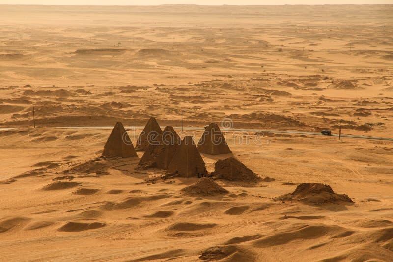 Zmierzch nad ostrosłupami przy Jebel Barkal zdjęcie royalty free