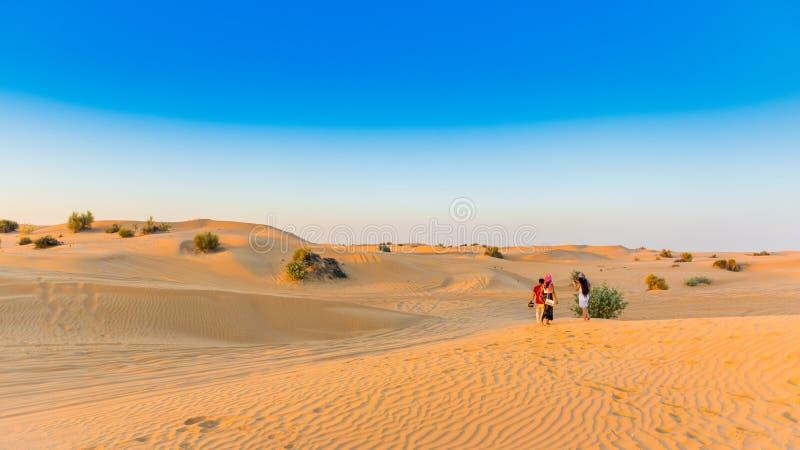 Zmierzch nad piasek diunami w Dubaj pustyni konserwacji rezerwie, Zjednoczone Emiraty Arabskie Odbitkowa przestrzeń dla teksta obrazy royalty free