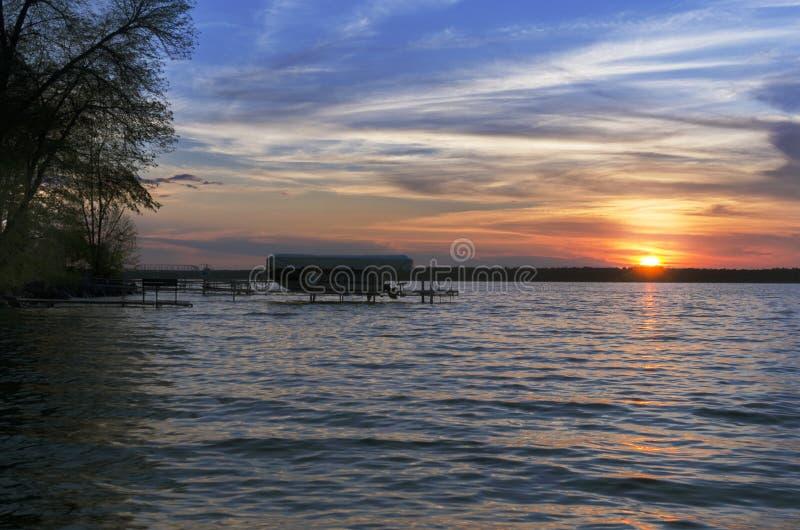 Zmierzch Nad Pijawka jeziorem Z łodzią W tle zdjęcie royalty free