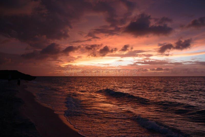 Zmierzch nad podpalaną plażą w Varadero, Kuba, - obraz stock