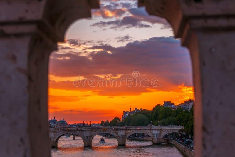 Zmierzch nad Rzecznym wontonem w Paryż obrazy royalty free