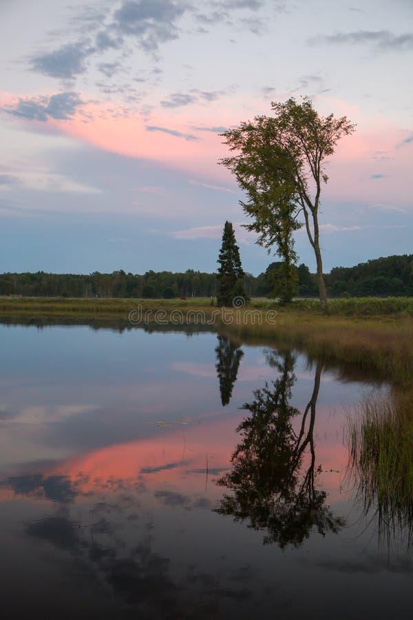Zmierzch nad spokojnym jeziorem zdjęcia stock