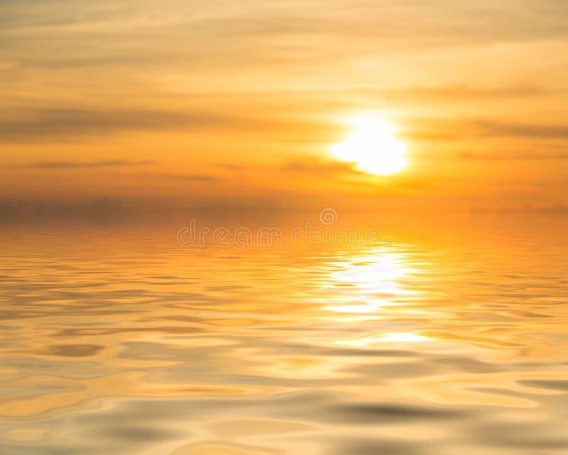Zmierzch nad spokojnym oceanem lub morzem zdjęcia stock