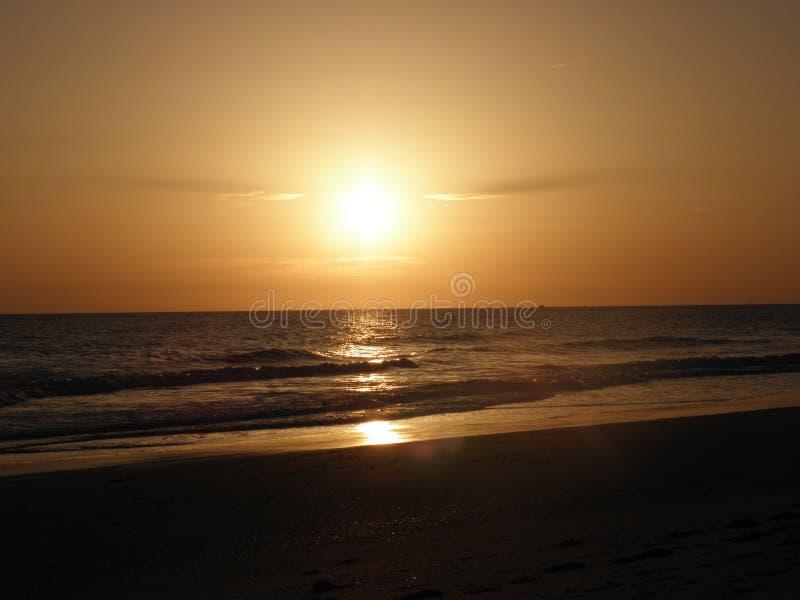 Zmierzch Nad Spokojnym oceanem Na plaży fotografia stock