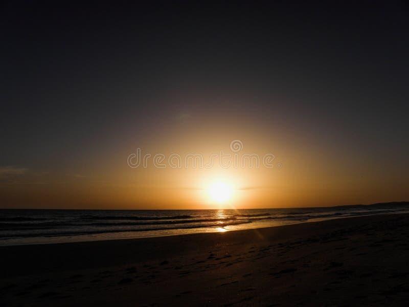 Zmierzch Nad Spokojnym oceanem Na plaży obrazy royalty free
