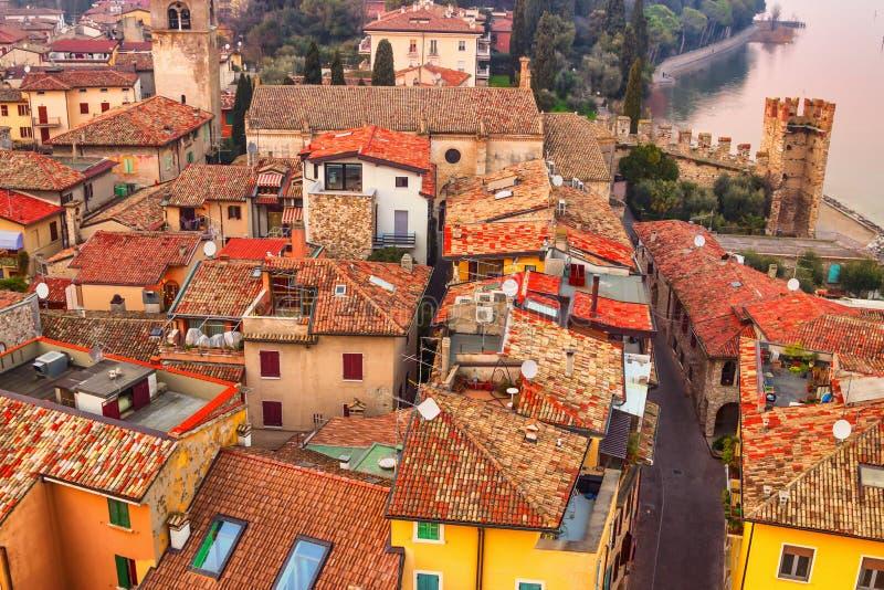 Zmierzch nad starzy domy w Sirmione, Garda jezioro, Lombardy, Włochy obraz royalty free