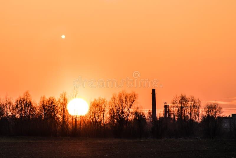 Zmierzch nad strefą przemysłową, księżyc fotografia royalty free