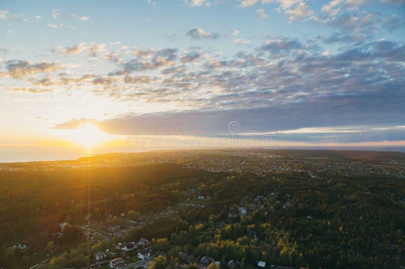 Zmierzch nad Tallinn miasta przedmieściami i morzem bałtyckim, Estonia fotografia stock