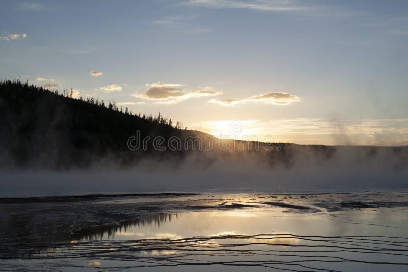 Zmierzch nad uroczystymi graniastosłupowymi wiosnami w Yellowstone zdjęcie royalty free