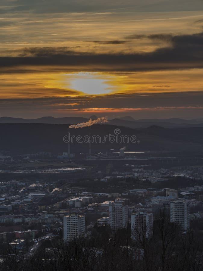 Zmierzch nad Usti nad Labem miastem w zimie obrazy stock