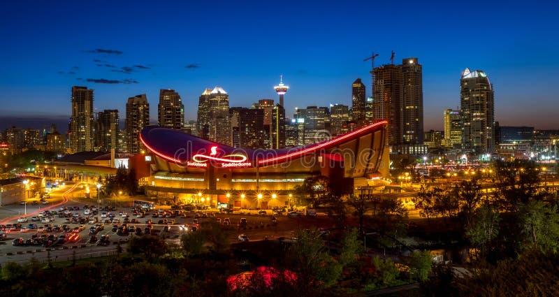 Zmierzch Nad W centrum Calgary i Saddledome zdjęcie royalty free