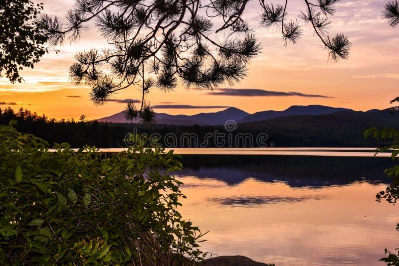 Zmierzch nad Winnipesaukee jeziorem Lato krajobraz w New Hampshire, usa zdjęcia stock