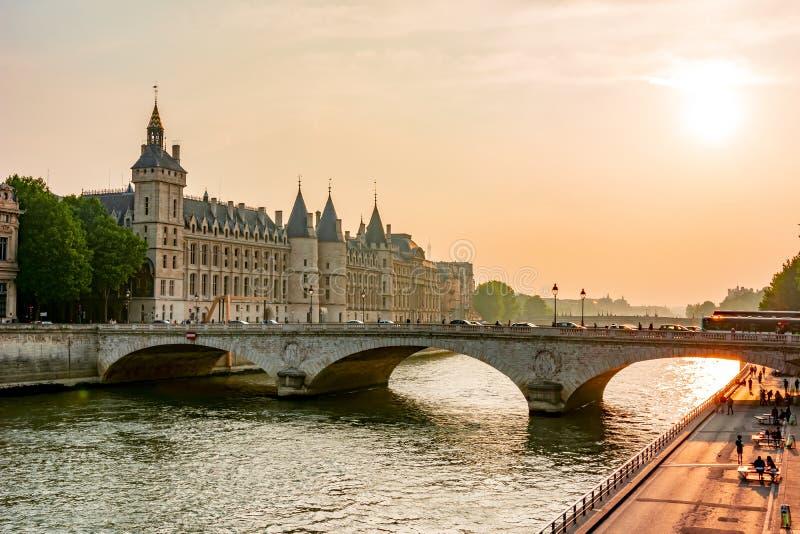 Zmierzch nad wonton rzeką i Conciergerie pałac, Paryż, Francja obrazy royalty free