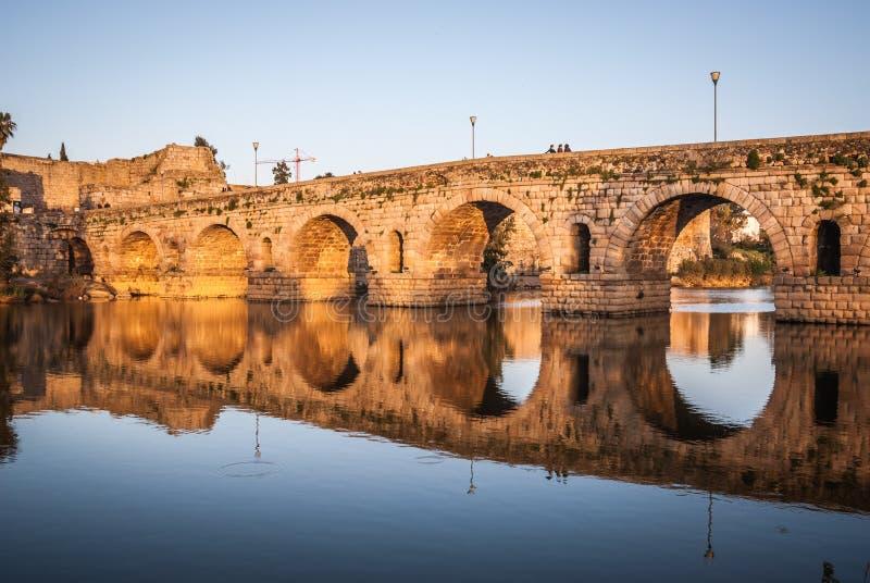 Zmierzch nad zabytkiem, rzymianina most nad Guadiana rzeką w Merida, Hiszpania fotografia royalty free