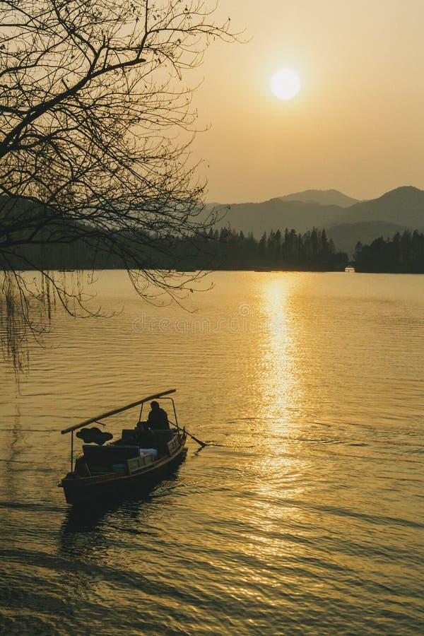 Zmierzch nad Zachodnim jeziorem w Hangzhou fotografia royalty free