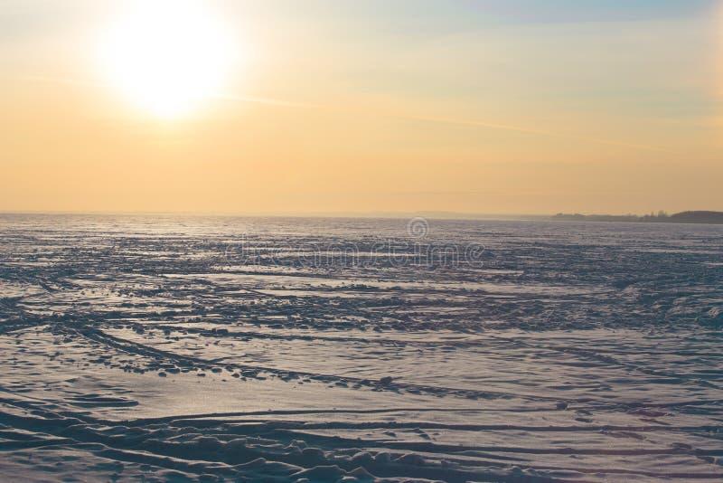 zmierzch nad zamarzniętym zimy jeziorem fotografia royalty free