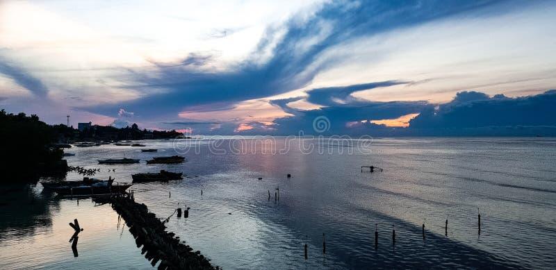 Zmierzch nad zatoką przy Oslob, Visayas, Filipiny zdjęcia stock