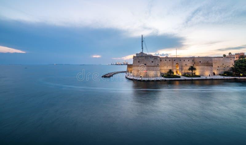 Zmierzch, panoramiczny widok na Antycznym Aragonese kasztelu w Taranto zdjęcie royalty free
