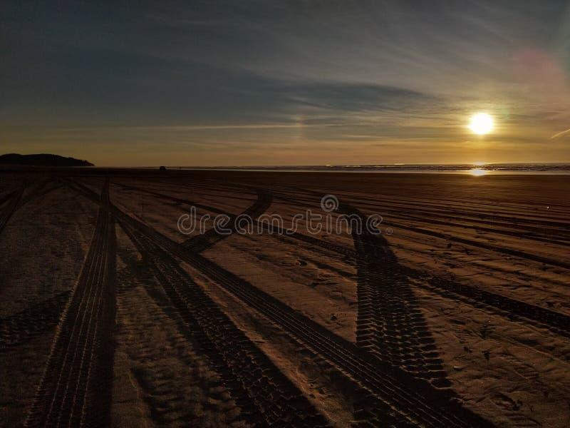 Zmierzch plaży opony ślada obrazy stock