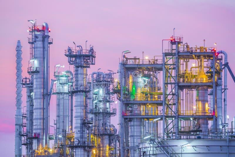 Zmierzch przemysłowa ropy naftowej roślina fotografia stock