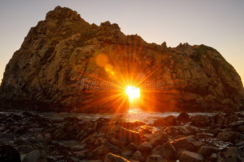 Zmierzch przez kluczowej dziury Pfeiffer plaży, Kalifornia obraz stock
