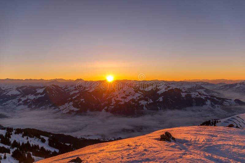 Zmierzch przy Austriackim pasmem górskim w zimie obrazy stock