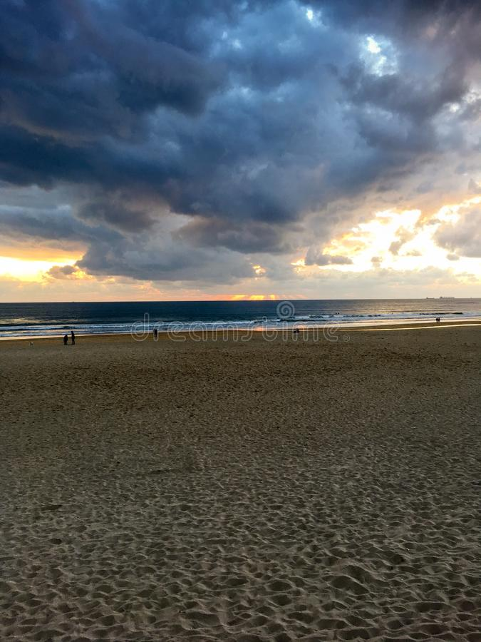 Zmierzch przy Carcavelos plażą w Portugalia obrazy stock