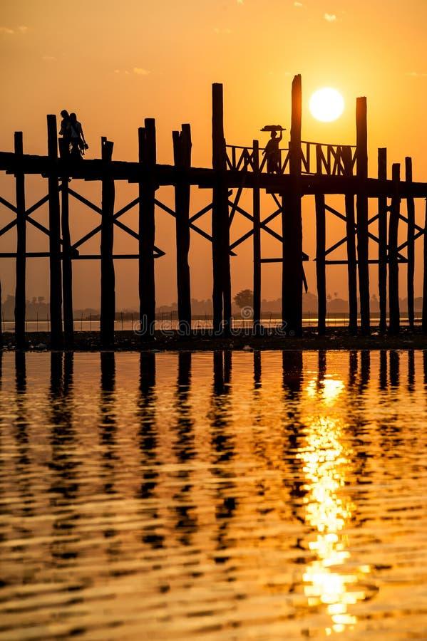 Download Zmierzch Przy U Bein Mostem, Myanmar Zdjęcie Stock - Obraz: 29881072