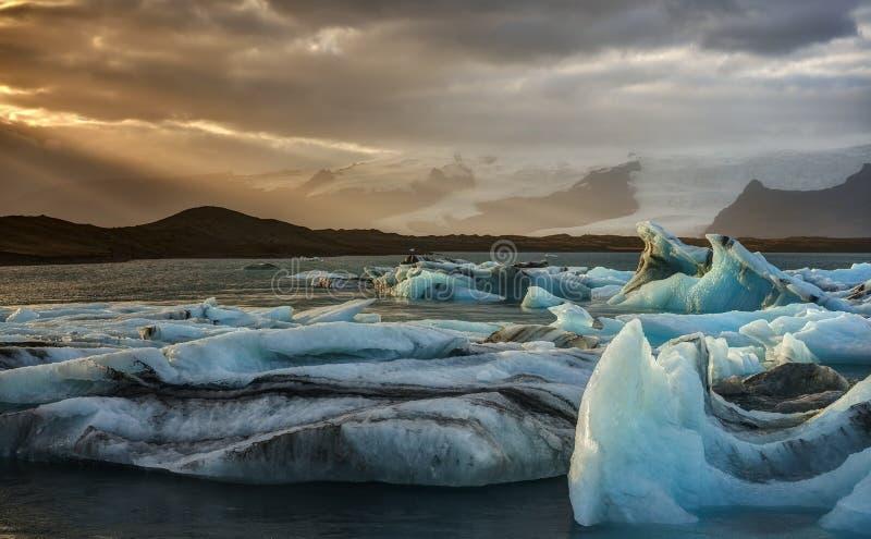 Zmierzch przy Jokulsarlon góry lodowa laguną w Iceland obrazy royalty free