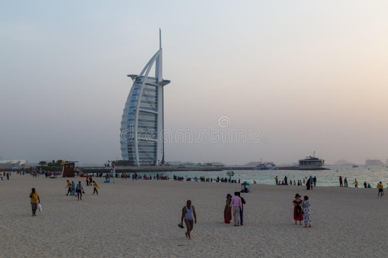 Zmierzch przy Jumeirah społeczeństwa plażą w Dubaj, UAE obrazy royalty free