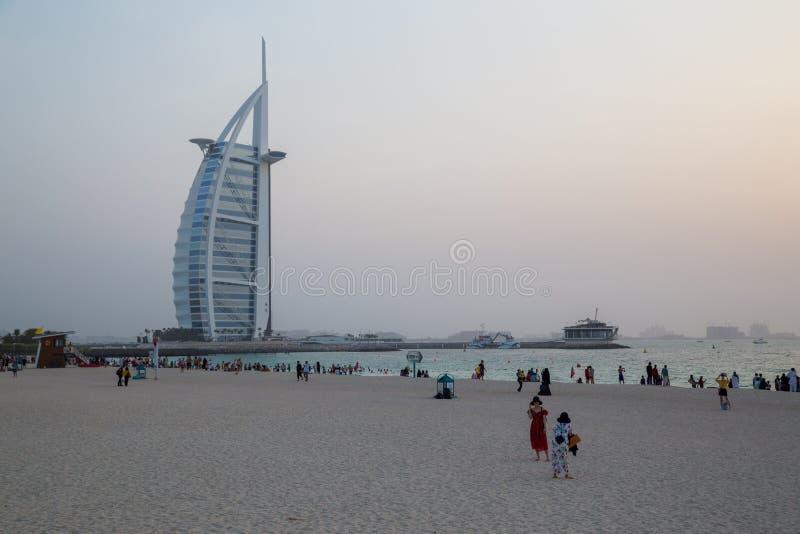 Zmierzch przy Jumeirah społeczeństwa plażą w Dubaj, UAE zdjęcie royalty free