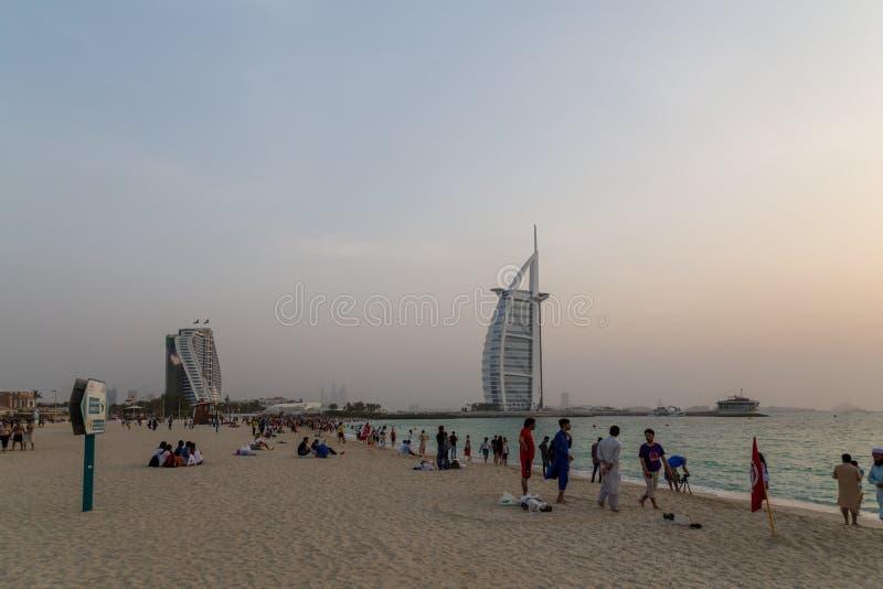 Zmierzch przy Jumeirah społeczeństwa plażą w Dubaj, UAE obraz stock