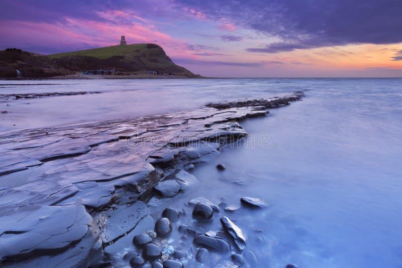Zmierzch przy Kimmeridge zatoką w południowym Anglia fotografia stock