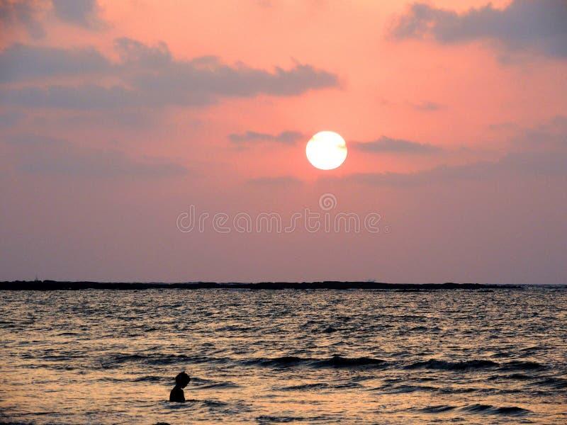 Zmierzch przy Mandwa plażą fotografia royalty free