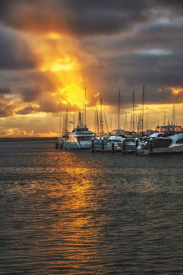 Zmierzch przy Marina przy Hillarys Łódkowatym schronieniem w Hillarys, zachodnia australia zdjęcie royalty free