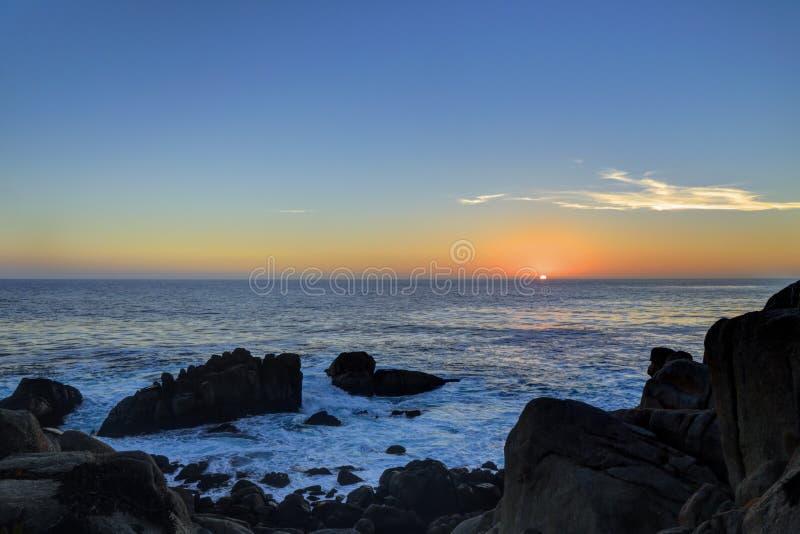 Zmierzch przy 17 mil przejażdżką, otoczak plaża, Kalifornia obraz stock