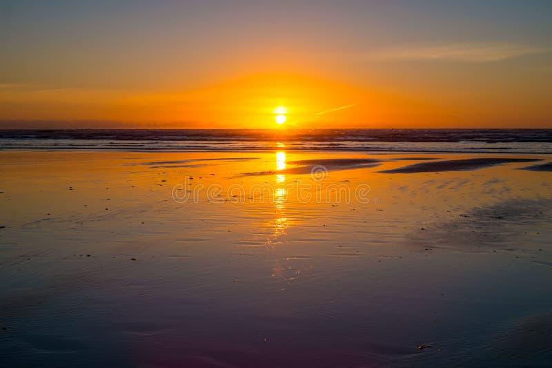 Zmierzch przy Piha plażą fotografia royalty free
