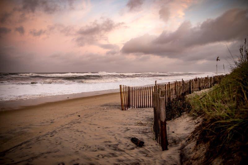Zmierzch przy plażą podczas burzy obrazy stock