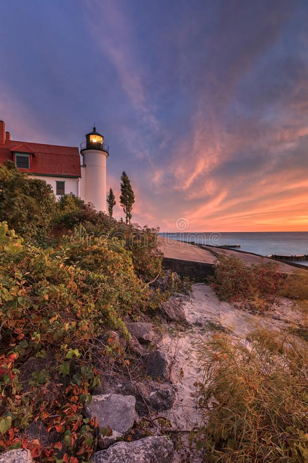 Zmierzch przy punktu Betsie latarnią morską blisko Frankfort Michigan, usa obraz stock