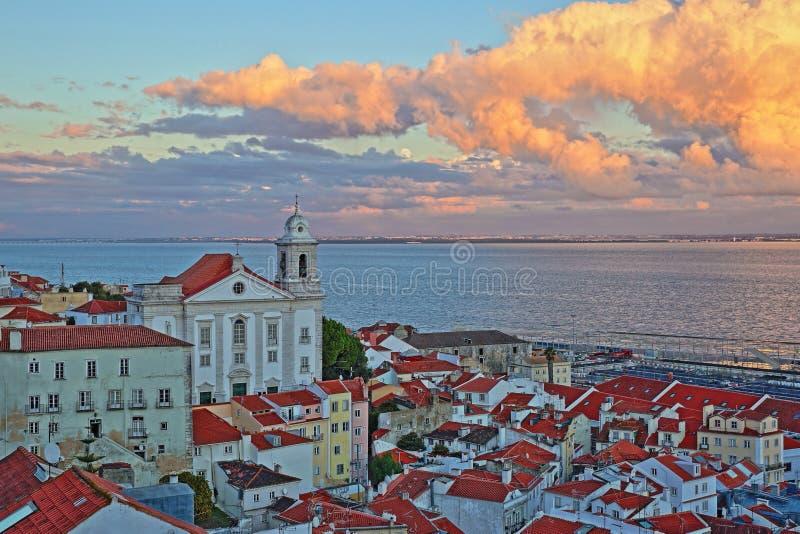 Zmierzch przy Santa Luzia punktu widzenia miradouro z widokiem nad Alfama sąsiedztwem z Santa Estevao kościół, Tagus rzecznym i c zdjęcia royalty free